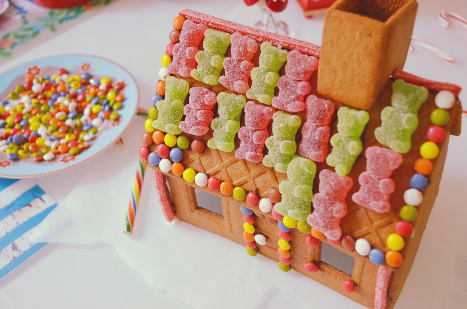 Chic christmas chic food diy gingerbread house piensa - Casa de jengibre ikea ...