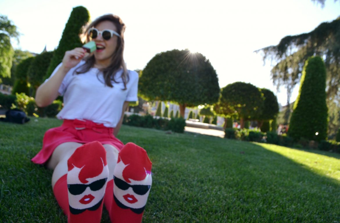 ChicAdicta-Chic-Adicta-fashion-blogger-spring-red-outfit-look-rojo-de-primavera-fancy-style-Chatty-Feet-funny-socks-calcetines-con-caricaturas-fashionista-PiensaenChic-Piensa-en-Chic