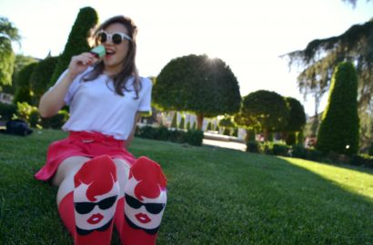 ChicAdicta-Chic-Adicta-fashion-blogger-spring-red-outfit-look-rojo-de-primavera-fancy-style-Chatty-Feet-funny-socks-calcetines-con-caricaturas-fashionista-PiensaenChic-Piensa-en-Chic